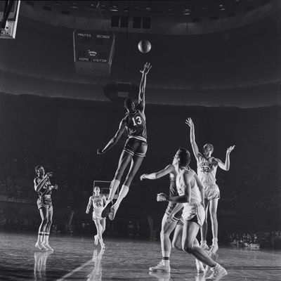 University of Kansas Basketball Player Wilt Chamberlain (C) Playing in a School Game, 1957 Fotografisk tryk af George Silk
