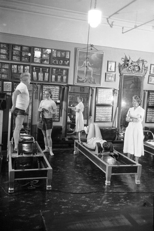 1951: Roberta Peters Working Out with Joseph Pilates and Others in a Studio, New York, NY 写真プリント : マイケル・ルジェ