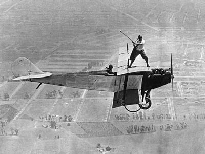 Man Playes Golf at a Plane, 1925 Fotografisk tryk af Scherl Süddeutsche Zeitung Photo