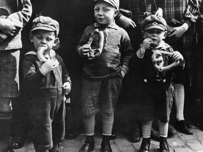 Children Eating Pretzels, 1932 Photographic Print by Scherl Süddeutsche Zeitung Photo