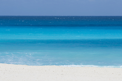 Shades of Blue Color the Beachfront Waters in Cancun, Mexico Opspændt lærredstryk af Mike Theiss