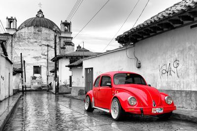¡Viva Mexico! B&W Collection - Red VW Beetle Car in San Cristobal de Las Casas Fotografisk tryk af Philippe Hugonnard
