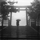 Walking Towards a Japanese Torii Lmina fotogrfica por Horace Bristol