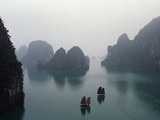 Jonques dans la baie de Ha Long, Viêt Nam Photographie par Catherine Karnow