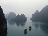 Juncos (embarcación) en la Bahía de Ha Long Lámina fotográfica por Karnow, Catherine
