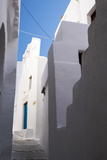 Whitewashed Buildings with Narrow Lanes in Greece Fotoprint av Krista Rossow