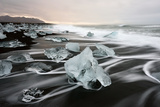 Icebergs and Ice on Black Beach in Iceland Fotografisk tryk af Raul Touzon