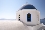 A Classic Blue Dome of a Greek Orthodox Church in Santorini, Greece Fotografisk trykk av Krista Rossow