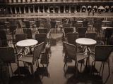 ピッツア・サンマルコの空のテーブル 写真プリント : ジャック・ホリングスワース