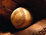 Vieille balle de baseball dans un gant Photographie par Danilo Calilung