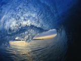 Im Tunnel einer umschlagenden Welle Fotodruck von David Pu'u