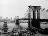 Brooklyn Bridge Over East River and Surrounding Area Fotografisk tryk