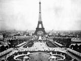 La Torre Eiffel sovrasta l'Esposizione del 1889 Stampa fotografica