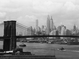 Stadssilhuett av New York och Brooklyn Bridge Fotografiskt tryck av  Bettmann