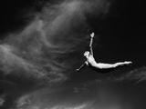 Kunstspringerin im Schwalbensprung Fotodruck von  Bettmann