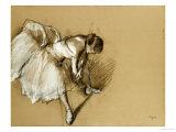 Dansare justerar sin sko, ca 1890 Gicléetryck av Edgar Degas