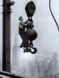 Rakennusmies Empire State Buildingin huipulla Posters