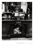 John Jr. playing under John F. Kennedy&#39;s Oval Office Desk, 1963 Affiches par Stanley Tretick
