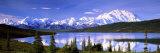 Montagnes couvertes de neige, lac étonnant, le parc national Denali, Alaska, USA Reproduction photographique par  Panoramic Images