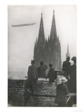 Excited Spectators Watching a Zeppelin Z111 Fly Over Cologne Cathedral Germany Impresso gicle