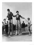 Two Clowns on Stilts Assisted by Girls in Bathing Costumes at Ramsgate Kent England Impressão giclée