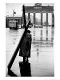 Man Carrying Cross, Berlin, October 1961 Fotografisk tryk af Toni Frissell