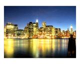 La ligne d'horizon de Lower Manhattan s'embrase derrière East River Reproduction procédé giclée par New Yorkled