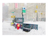 NYC Subway Entrance Buried in Snow Giclée-tryk af New Yorkled