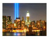 WTC Tribute in Lights 911 Annual Commemoration in New York City Impressão giclée por New Yorkled