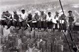 Lunch uppe på en skyskrapa, ca 1932 Posters