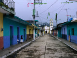 Painted Row of Houses with Distant Chapel in Acatlan, Veracruz, Mexico 写真プリント : ジェフリー・ベーコン