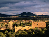Buildings with Mountain in Distance, Santa Fe, U.S.A. Fotografie-Druck von Ann Cecil