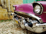 1957 Chevy Bel-Air Car Front Grill and Bumper in Cobbled Street, Trinidad, Cuba Fotografisk tryk af Christopher P Baker