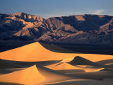 Sand Dunes and Mountain Range, Death Valley National Park, California, USA Fotografie-Druck von Mark Newman
