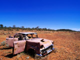 Abandoned Old Holden Car on Mereenie Loop Road, Australia Photographie par Christopher Groenhout