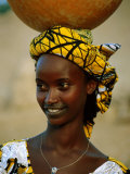Smiling Peul (Or Fula) Woman Balancing Calabash on Her Head, Djenne, Mali Fotografisk tryk af Ariadne Van Zandbergen