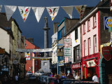 Street Decorated with Buntings and Signs, Ennis, Ireland 写真プリント : ウェイン・ウォルトン