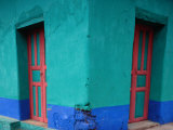 Brightly Painted Corner House in Chinique, Quiche, Guatemala Stampa fotografica di Jeffrey Becom