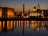"""Nattbilde av Albert Dock og """"de tre nådegavene,"""" Liverpool, Storbritannia Fotografisk trykk av Glenn Beanland"""