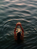 Woman Pouring Water During Morning Puja on Ganges, Varanasi, India Fotografisk tryk af Anthony Plummer