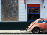 Old Car in Front of Bar in La Boca Harbour Area, Buenos Aires, Buenos Aires, Argentina Fotografisk tryk af Shannon Nace