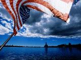 American Flag and Uss Missouri at Pearl Harbour, USA Fotografisk tryk af Holger Leue