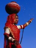 Performer Dancing with Water Pot at Holi Festivities, Jaipur, India Fotografisk tryk af Paul Beinssen