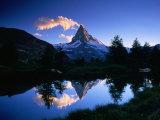 Spiegelbild des Matterhorns im Wasser des Grindjisees, Schweiz Fotografie-Druck von Gareth McCormack