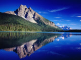 Reflection of Wapta Mountain on Emerald Lake, Yoho National Park, Canada Fotografisk tryk af Witold Skrypczak