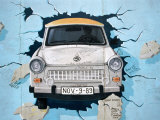 Muurschildering van een Trabant, in Berlijn  Fotoprint van Martin Moos