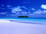 Small Island Across the Waters of Aitutaki Lagoon, Aitutaki, Southern Group, Cook Islands Fotografisk tryk af Peter Hendrie