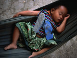 Baby girl sleeping in hammock, Bavel, Cambodia Lámina fotográfica por Jerry Galea