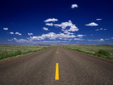 Road Leading to Horizon Beneath Blue Sky, USA Fotografisk tryk af Dennis Johnson