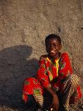 Young Boy Sitting in Front of Wall, Djenne, Mali Fotografie-Druck von Ariadne Van Zandbergen